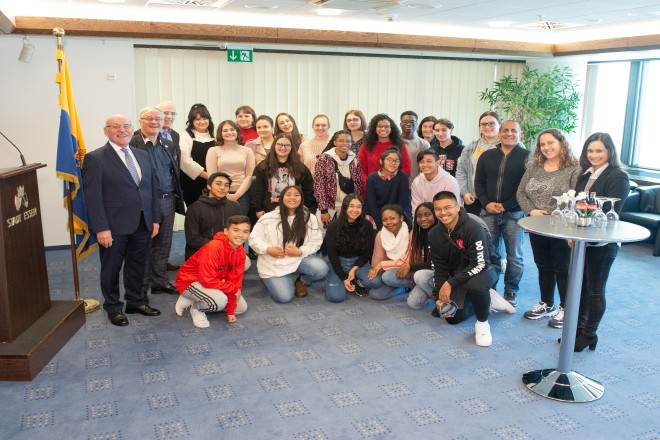 Foto: 1. Bürgermeister Rudolf Jelinek (ganz links) begrüßt die jungen Leute aus der Israelischen Partnerstadt.