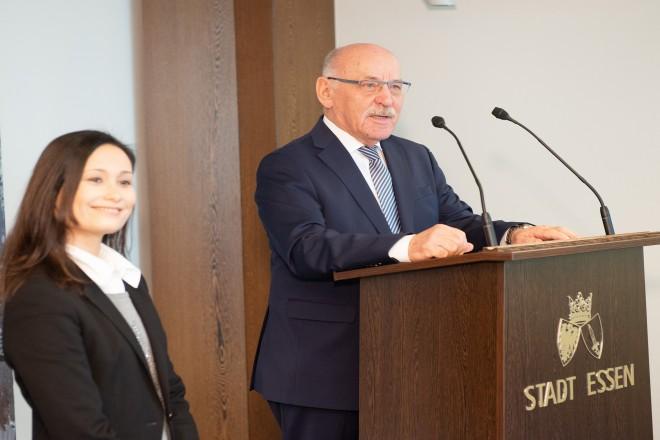 Foto: 1. Bürgermeister Rudolf Jelinek und Schulleiterin der Unesco Schule Essen, Silvia Lichtenstein begrüßen die jungen Gäste im Essener Rathaus.