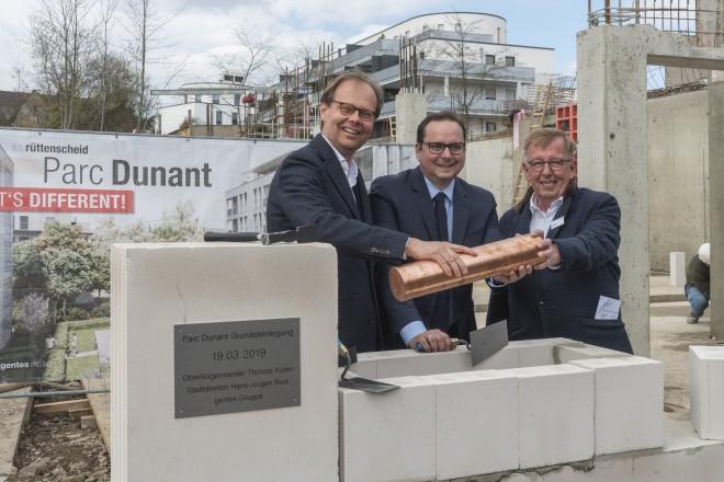 Oberbürgermeister Thomas Kufen (Mitte) gemeinsam mit den geschäftsführenden Gesellschaftern der gentes Gruppe, Michael Kraus und Hans Burow bei der Grundsteinlegung.