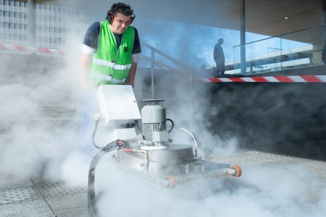 """Foto: Für die Aktion """"Essen belib(t) sauber!"""" wurde die neue Bodenreinigungsmaschine vorgestellt."""