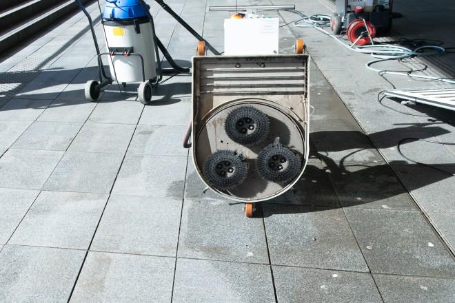 """Foto: Für die Aktion """"Essen belib(t) sauber!"""" wurde die neue Bodenreinigungsmaschine vorgestellt. Böden werden damit nicht nur restlos von Kaugummiresten gesäubert, sondern auch die Steinplatten intensivgereinigt. Links die gereinigte Fläche."""