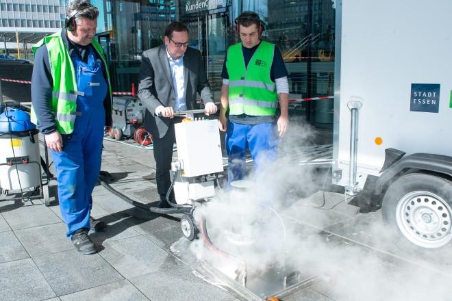 """Foto: Für die Aktion """"Essen belib(t) sauber!"""" wurde die neue Bodenreinigungsmaschine vorgestellt. Oberbürgermeister Thomas Kufen lässt sich das Gerät erklären."""