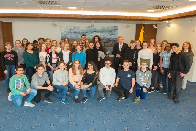 Foto: Schüler des Gymnasiums in Borbek und Ihre französischen Gäste werden von Bürgermeister Franz-Josef Britz im Rathaus begrüßt.