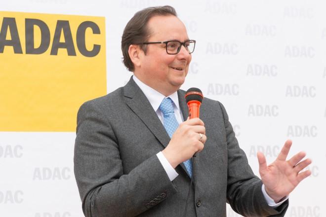 """Foto: Oberbürgermeister Thomas Kufen beglückwünscht den """"ADAC e.V."""" für den angehenden Neubau."""