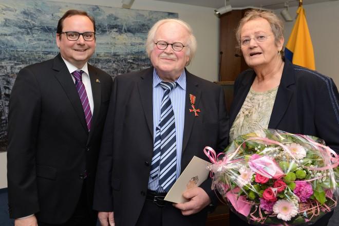 Oberbürgermeister Thomas Kufen überreicht das Verdienstkreuz am Bande an Hans Schippmann. V.l.n.r : Oberbürgermeister Thomas Kufen, Hans Schippmann und Waltraud Schippmann.