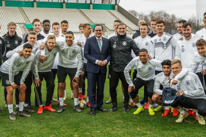 Oberbürgermeister Thomas Kufen mit der U21-Fußballnationalmannschaft, Foto: Michael Gohl