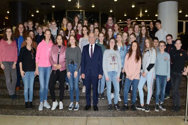 Bürgermeister Rudolf Jelinek begrüßt eine Schülergruppe aus Frankreich.