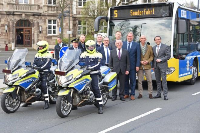 """Jungfernfahrt des """" Polizeibusses """" anlässlich des 110-jährigen Bestehens der Polizei Essen."""