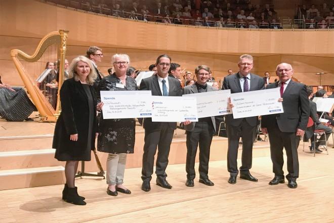 Foto: 1. Bürgermeister Rudolf Jelinek bei der Sparda-Musiknacht begrüßt die zahlreichen Spenden der Spardabank für wohltätige Zwecke.