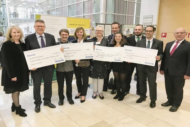 Foto: Foto: 1. Bürgermeister Rudolf Jelinek bei der Sparda-Musiknacht begrüßt die zahlreichen Spenden der Spardabank für wohltätige Zwecke.