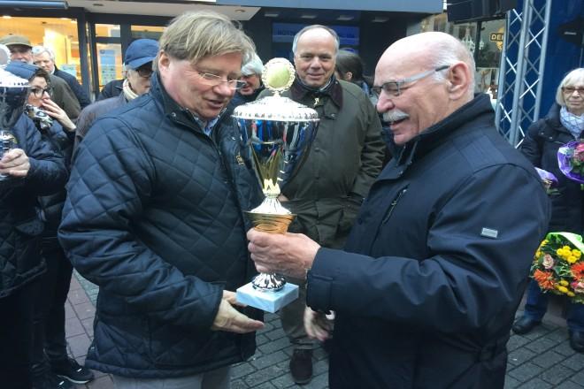 Foto: Bürgermeister Rudolf Jelinek überreicht Rolf Weidmann einen Siegerokal, der den 2. Platz beim Concours d' Élégance erreichte.