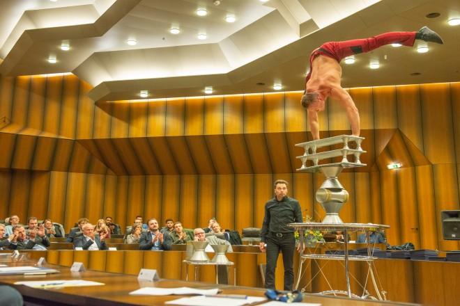 Foto: Feierliche Urkundenvergabe durch Oberbürgermeister Kufen an die diesjährigen Sportmeister der Stadt Essen. Hier zu sehen: Maxim Kriger, Akrobat in Rola-Rola Balance.