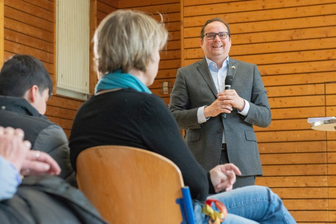 Foto: Oberbürgermeister Thomas Kufen im Dialog mit den Bürgern, im Jugendzentrum des Stadtteils.