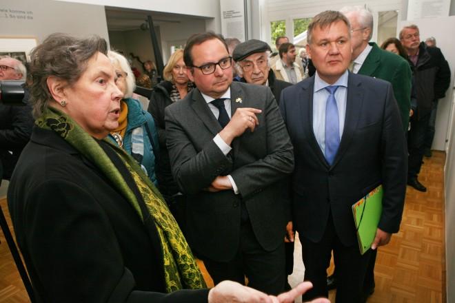 Foto: Oberbürgermeister Thomas Kufen (Mitte) lässt sich von der Kuratorin, Frau Dr. Eva Pasche durch die Ausstellung führen.