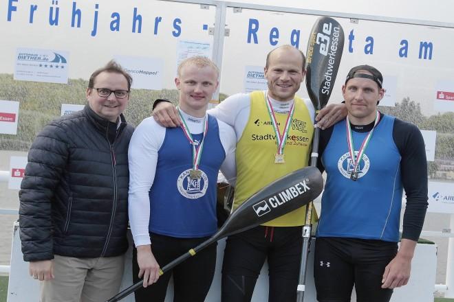 Foto: Siegerehrung durch Essens Oberbürgermeister Thomas Kufen von (links). Robin NIgbur (Friedrichsfeld, 2.) NRW-Meister Max Hoff, Florian Wölke (3. Freidrichsfeld)