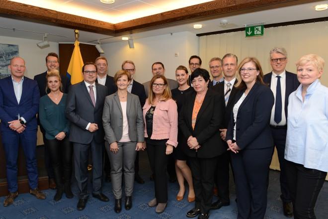 Oberbürgermeister Thomas Kufen gratuliert den Teilnehmern der Modularen Qualifizierung und überreicht die Zertifikate