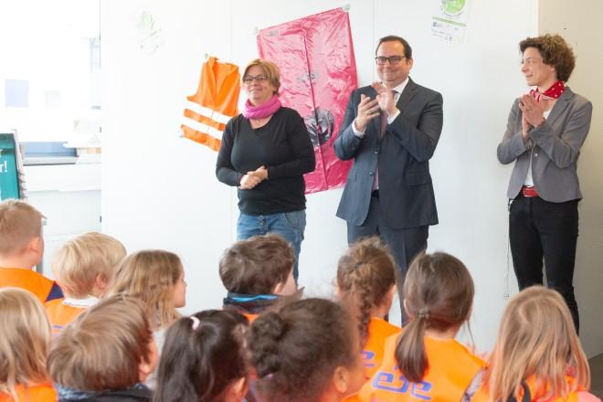 Foto: Oberbürgermeister Thomas Kufen bedankt sich bei den fleißigen ehrenamtlichen Helfern der Sauberzauberaktion.