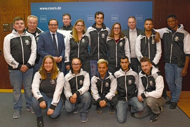 Oberbürgermeister Thomas Kufen begrüßt die Handballmannschaft Special Olympics des ETB