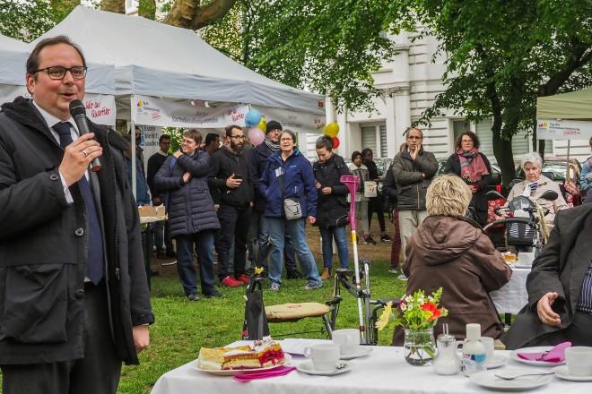 Tag der Städtebauförderung Oberbürgermeister Thomas Kufen begrüß die Bewohner des Eltingviertel