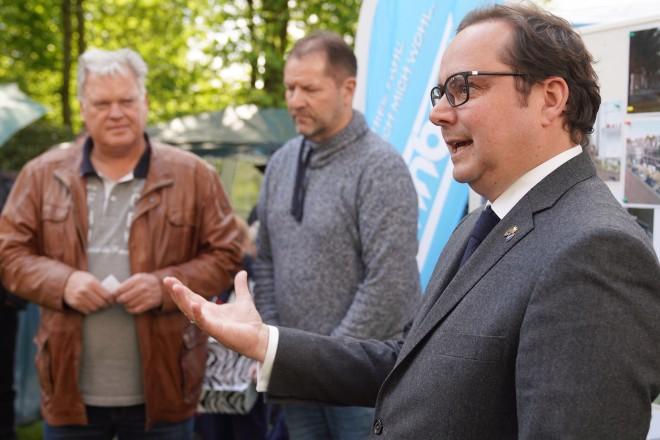 Oberbürgermeister Thomas Kufen beim Hoffest des genossenschaftlichen Wohnungsunternehmens Wohnbau eG Essen.