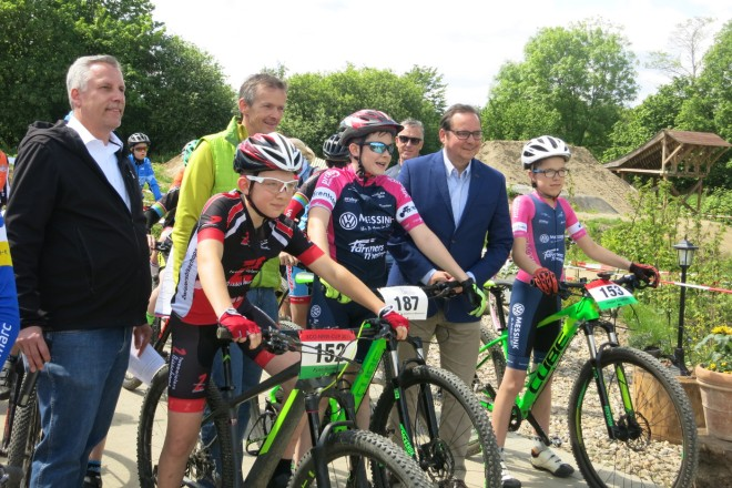 3.MSV Nachwuchs-Tropy Start des Rennens der Altersklasse U15 durch Oberbürgermeister Thomas Kufen, Ralf Müller und Hansjörg Zwiehoff