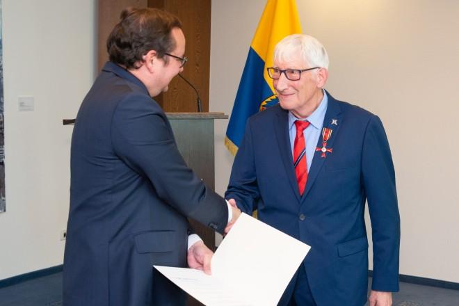 Foto: Klaus Rikazewski wird das Bundesverdienstkreuz durch Oberbürgermeister Thomas Kufen verliehen.