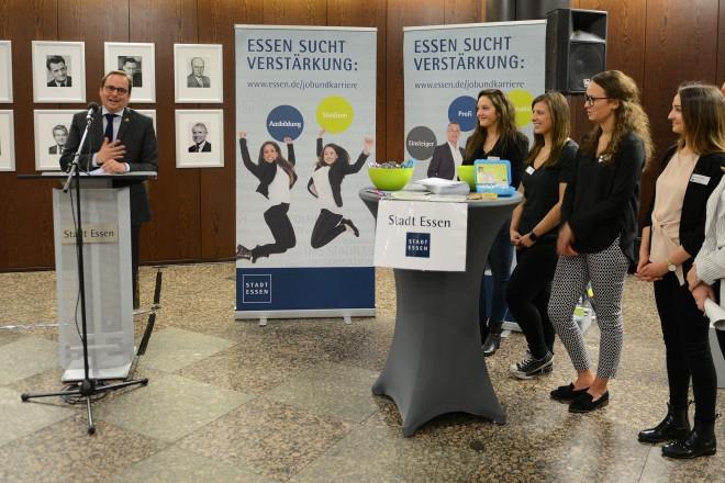 Oberbürgermeister Thomas Kufen eröffnet die Konzernmesse im Rathausfoyer
