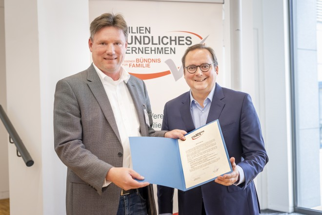 Familienfreundliches Handwerk: Oberbürgermeister Thomas Kufen (rechts) überreichte Michael Heep, Geschäftsführer von Elektro Heep, die Mitgliedsurkunde für Bündnispartner.