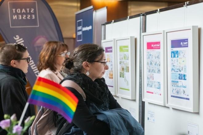 """Foto: Die Ausstellung """"Ach so ist das!"""" mit Comics von Martina Schradi feiert Eröffnung im Rathausfoyer."""