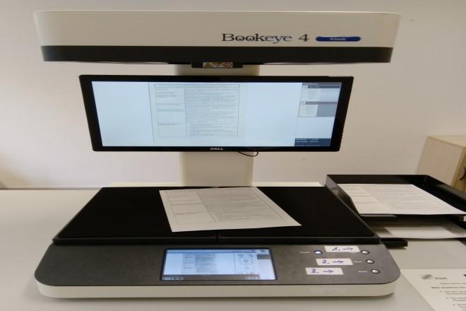 Scan-Gerät mit zu erfassendem Dokument