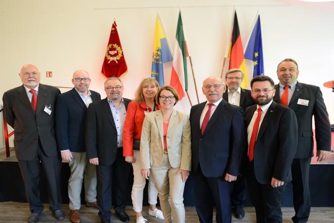 Bürgermeister Rudolf Jelinek gratuliert dem SPD Ortsverein Kupferdreh/ Byfang zum 100 jährigen Jubiläum