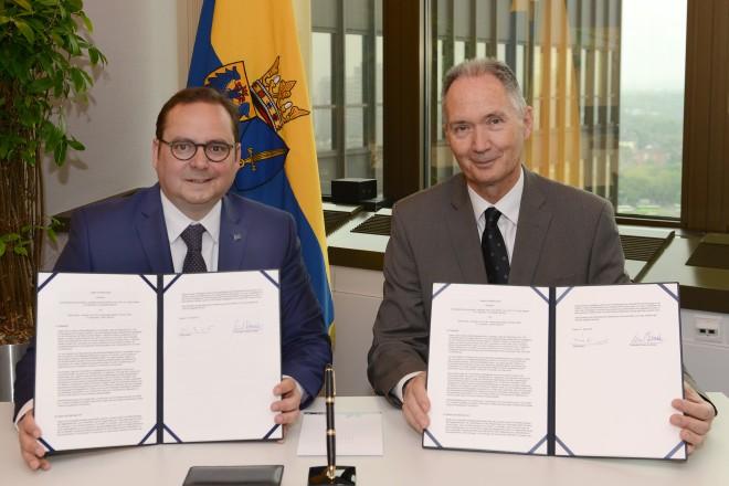 Oberbürgermeister Thomas Kufen und Professor Dr. Ulrich Radtke unterzeichnen den Letter of Intent.