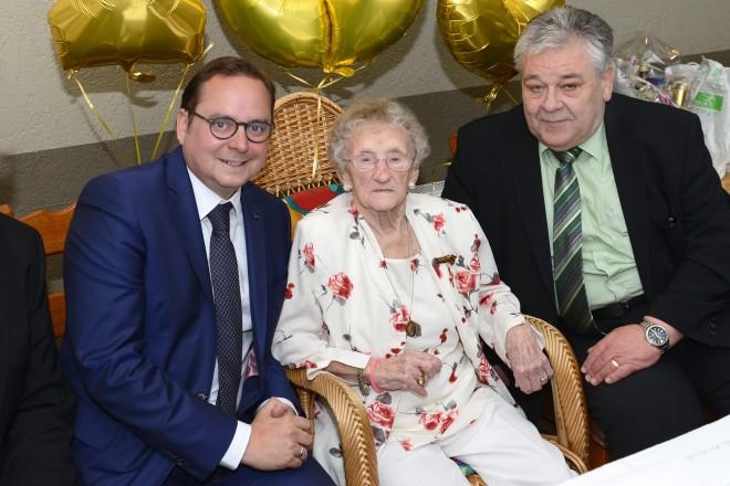 Oberbürgermeister Thomas Kufen gratuliert Helene Reinhold zum 105. Geburtstag v.l.n.r: Oberbürgermeister Thomas Kufen, Helene Reinhold und Bezirksbürgermeister Hans-Wilhelm Zwiehoff