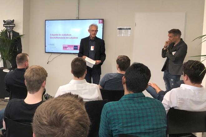 Stadtdirektor Hans-Jürgen Best begrüßt die Teilnehmerinnen und Teilnehmer des Hackathons.