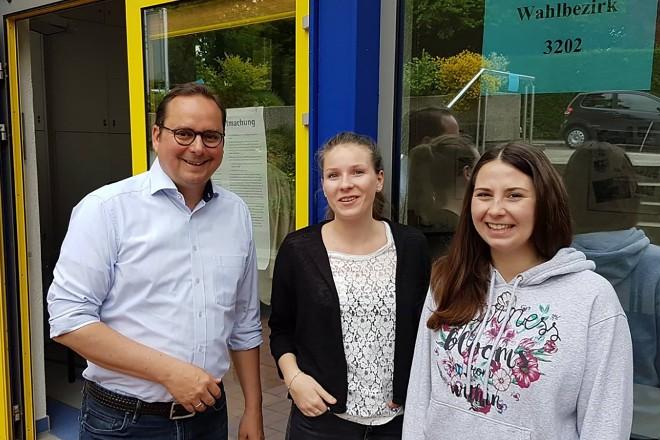 Oberbürgermeister Thomas Kufen dankte den Wahlhelferinnen Anna Grote und Isabel Rodriguez im Wahllokal im Stadtbad in Kupferdreh.