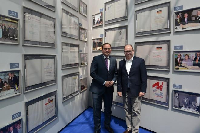 """Oberbürgermeister Thomas Kufen (links) eröffnet mit Centermanager Ralf Gertz (rechts) die Ausstellung """"das stahlbuch von essen"""" in der Rathaus-Galerie."""