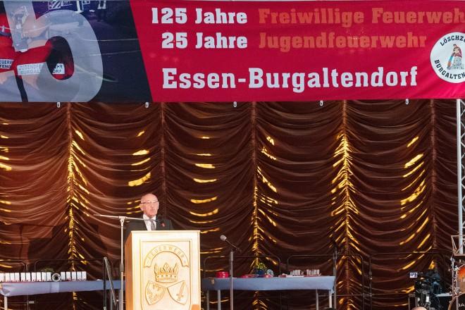 Bürgermeister Rudolf Jelinek spricht bei der Jubiläumsfeier der Freiwillige Feuerwehr und der Jugendfeuerwehr Burgaltendorf zu den Gästen.