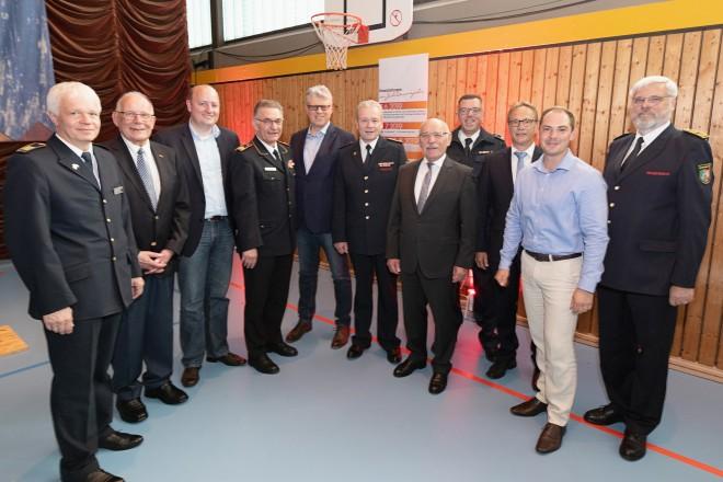 Bürgermeister Rudolf Jelinek im Kreise der Ehrengäste bei der Jubiläumsfeier der Freiwilligen Feuerwehr und Jugendfeuerwehr Burgaltendorf.