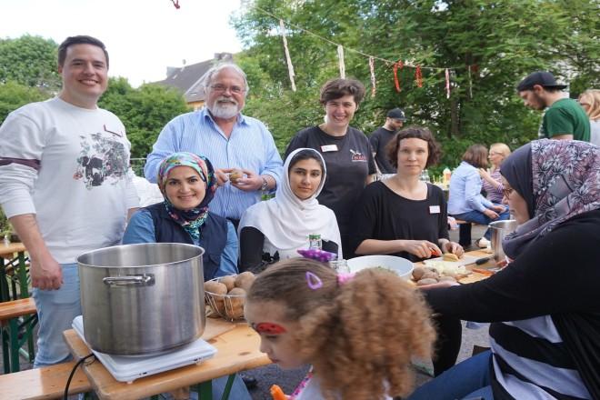 Kooperationspartner eröffnen gemeinsam mit der Nachbarschaft den Interkulturellen Garten in Borbeck.
