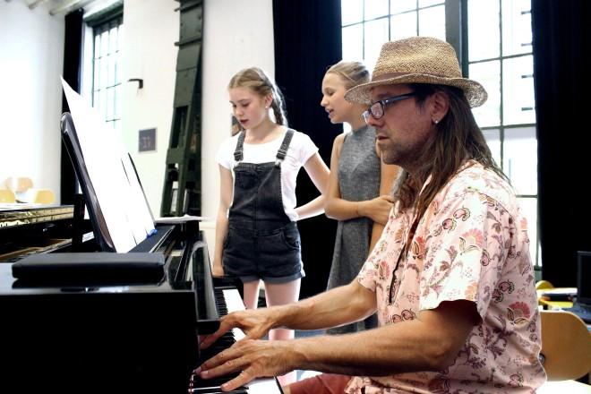 """In der """"Singers Academy"""" werden die jungen Sängerinnen und Sänger mit verschiedenen Instrumenten begleitet."""