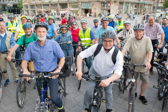 Foto: Oberbürgermeister Thomas Kufen und Christian Wagener (vorne links) vom Amt für Stadtpalnung und Bauordnung starten mit Fahrradfreunden die Jedermann- Fahrradtour.
