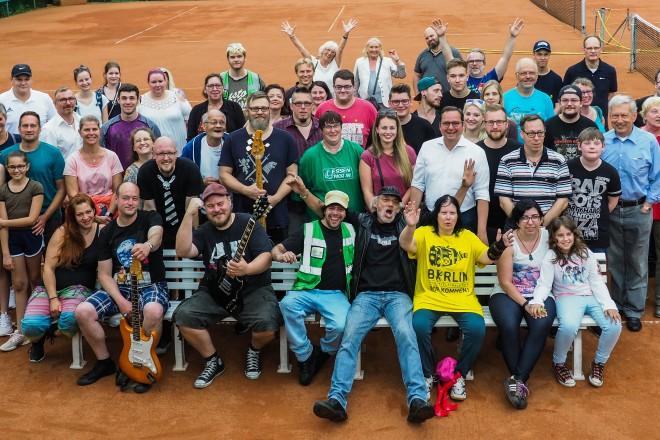Foto: Oberbürgermeister Thomas Kufen mit Vereinsmitgliedern, Mitgliedern der Initiative Essen packt an! und Band.
