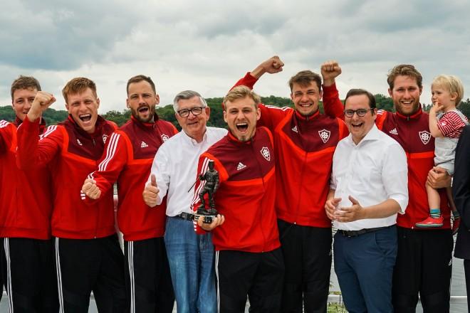 Foto: Siegerehrung am Baldeneysee mit Oberbürgermeister Kufen. Mit den Siegern von Rothe Mühle Essen.