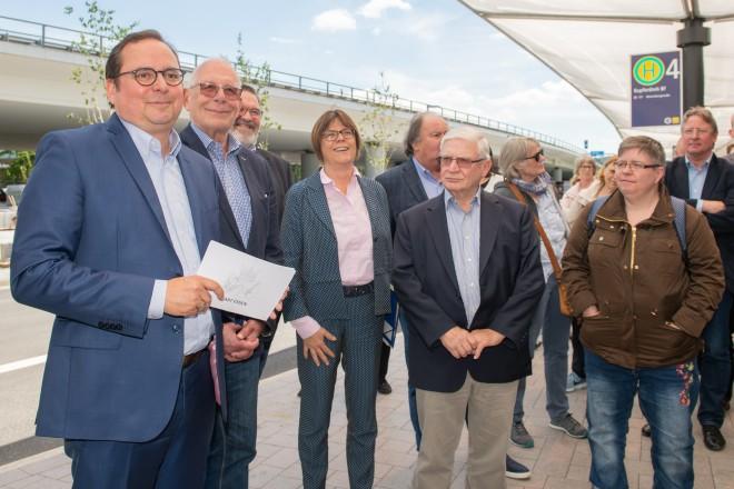 Feierliche Einweihung des Busbahnhofs in Kupferdreh durch Oberbürgermeister Thomas Kufen (links).
