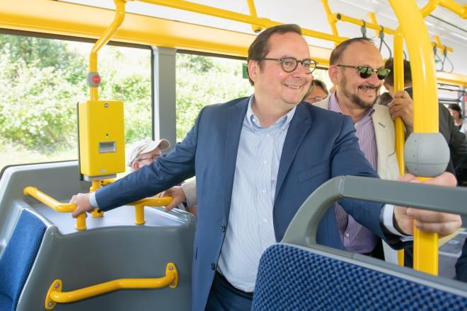 Oberbürgermeister Thomas Kufen bei der Einweihung des Busbahnhofs in Kupferdreh.
