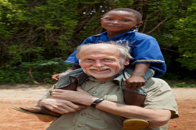 Werner Strahl zusammen dem Schüler Mohamed bei einem Cap-Anamur-Hilfsprojekt in Sierra Leone.