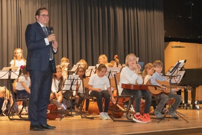 Foto: Oberbürgermeister Thomas Kufen zu Besuch bei den Feierlichkeiten zu 20 Jahre Montessorischule am Lönsberg.