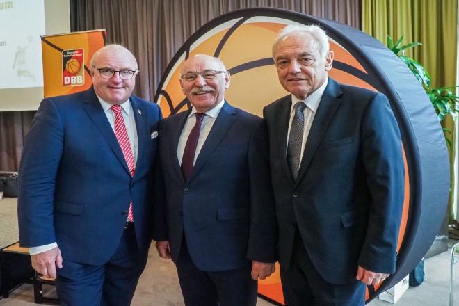 Foto: Bundestag des Deutschen Basketball Bundes mit Bürgermeister Rudolf Jelinek. Von links: Ingo Weiss (DBB-Präsident) , B¸rgermeister Rudolf Jelinek und Walter Schneeloch (Präsident des Landessportbundes Nordrhein-Westfalen).