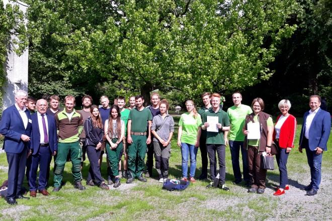Bürgermeister Rudolf Jelinek mit Teilnehmerinnen und Teilnehmern des Landesentscheids des Berufswettbewerbs für junge Gärtnerinnen und Gärtner.