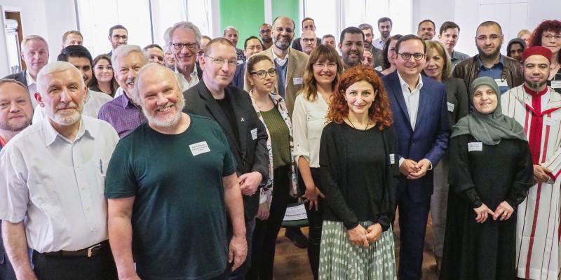 Foto: Auftaktveranstaltung Dialog mit Islam. Oberbürgermeister Thomas Kufen mit Vertretern der evangelischen und katholischen Kirche, sowie Vertretern diverser muslimischer Glaubensgemeinschaften.